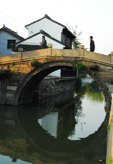 河边桥水粉风景画