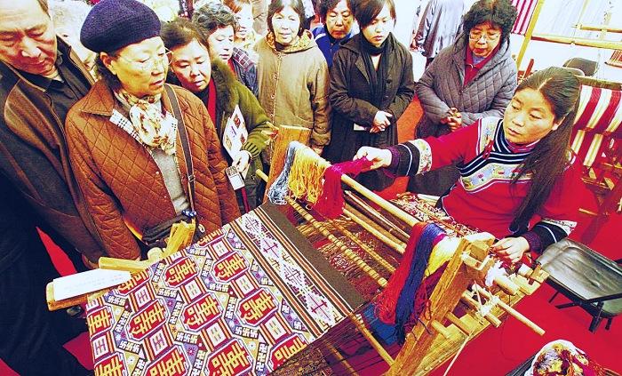 开始时间: 2月9日 周一 12:00 结束时间: 2月23日 周一 12:00 地点: 北京 农展馆 活动介绍得之不易的详细参展安排~ 中国非物质文化遗产传统技艺大展 时间:2009年2月9日(正月十五)至2月23日(正月二十九) 地点:北京全国农业展览馆1号馆 展览由序厅和剪刻画绘、印刷装潢、陶冶烧造、雕镌塑作、五金錾锻、制茶酿造、木作编扎、织染纫绣、传统医药等9个单元构成。内容以国家级非物质文化遗产名录传统技艺类项目代表性传承人的现场技艺操作表演为主,以相关的
