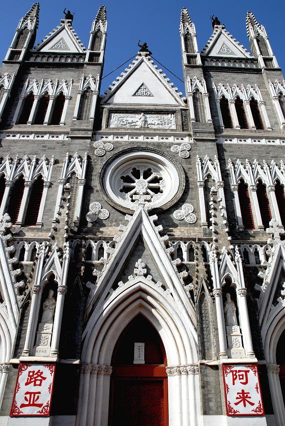 它的四个高高的尖塔,三个尖拱券入口及主跨正中圆形